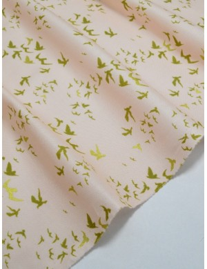 Ткань 100 % Хлопок Птицы с глиттером на персиковом фоне 150 (г/м2), ширина 100 см.