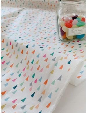 Ткань 100 % Хлопок, Разноцветные треугольники на молочном фоне , Плотность 155 г/м2, ширина 110 см.