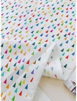 Ткань 100 % Хлопок, Разноцветные треугольники на белом фоне , Плотность 155 г/м2, ширина 110 см.