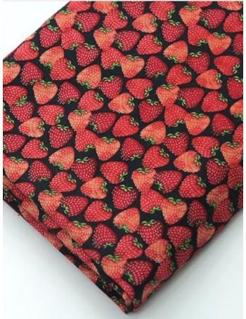 Ткань 100 % хлопок, Клубника на черном, ширина 110 см, плотность 155 г/м2, производитель Корея
