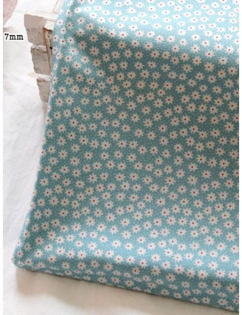 Ткань 100 % хлопок, Белые ромашки на голубом фоне, ширина 110 см, плотность 155 г/м2, производитель Корея